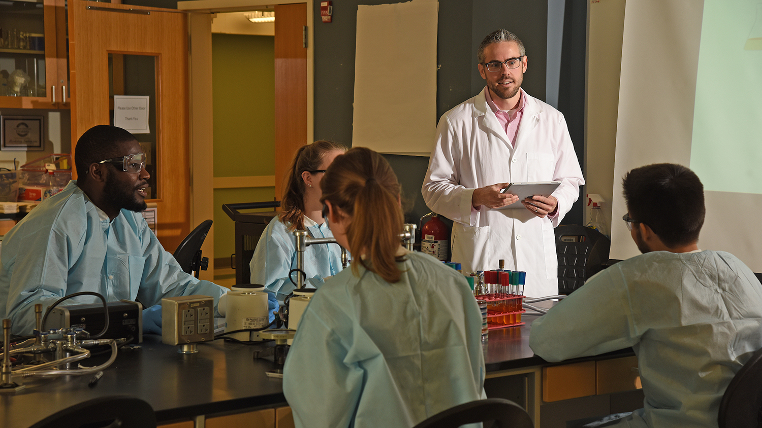 Microbiology Undergraduate Program faculty member Mike Taveirne leads a lab discussion in Thomas Hall.